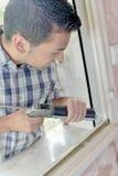 Glaser, der an Fenster arbeitet Lizenzfreies Stockbild