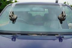 Glaser, der gebrochene Windschutzscheibe der Verlegenheit Sprung, Windfang repariert stockfotografie