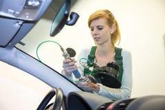 Glaser, der Stein-Splitterungsschaden auf der Windschutzscheibe des Autos repariert Stockfotografie