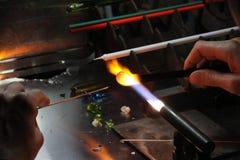Glaser mit der Gasfackel bei der Formung einer Glasplatte 4 beleuchtet Lizenzfreie Stockfotografie