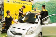 Glaser repariert Windschutzscheibe des Autos Lizenzfreie Stockfotos