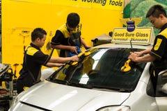 Glaser repariert Windschutzscheibe des Autos Stockfotografie