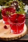 2 glases питья плодоовощ клюквы на деревянной плите Стоковое Изображение RF