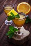 Glases van oranje likeur met munt stock afbeeldingen