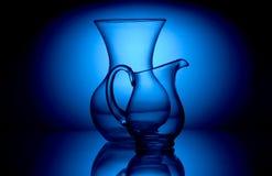 Glasföremål i blå ljus stilleben arkivbilder