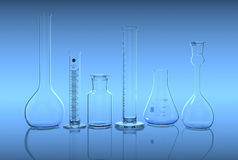 Glasföremål i laboratorium på den blåa backgen Arkivfoto