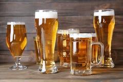 Glasföremål med nytt öl arkivfoto