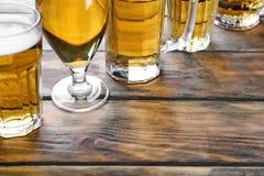 Glasföremål med nytt öl arkivbilder