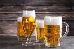 Glasföremål med nytt öl royaltyfria foton