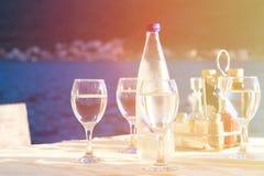 Glasföremål som tjänas som i utomhus- restaurang på semesterort Arkivbilder