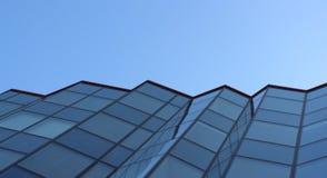Glasfassade des Bürohauses Himmlischer Hintergrund Blauer Ton stockfoto