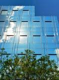 Glasfassade des modernen Bürogebäudes Stockfotos