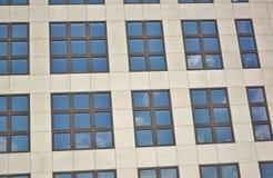 Glasfassade des modernen Bürogebäudes lizenzfreies stockbild