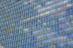 Glasfassade des modernen Bürogebäudes stockbild