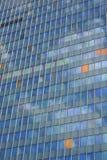Glasfassade des modernen Bürogebäudes Stockfotografie