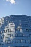 Glasfassade des modernen Bürogebäudes Stockbilder