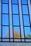 Glasfassade des modernen Bürogebäudes lizenzfreie stockbilder