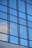 Glasfassade des modernen Bürogebäudes stockfoto
