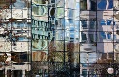 Glasfassade des modernen Bürogebäudes mit unscharfen Reflexionen lizenzfreie stockfotografie