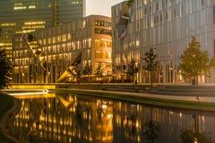 Glasfassade eines Bürogebäudes lizenzfreies stockfoto