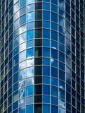 Glasfassade eines modernen Wolkenkratzers in Frankfurt, Deutschland Stockfotos