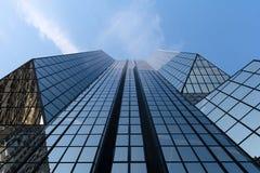Glasfassade eines Pariser Wolkenkratzers stockfotos