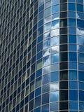 Glasfassade eines Wolkenkratzers im Finanzbezirk von Frankfurt, Deutschland Lizenzfreie Stockbilder