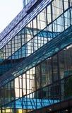 Glasfassade eines Wolkenkratzers im Finanzbezirk von Frankfurt, Deutschland Stockfoto