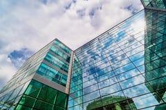Glasfassade mit Reflexion von Wolken lizenzfreie stockfotografie
