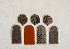 Glasfenster auf einer weißen Wand Stockfoto