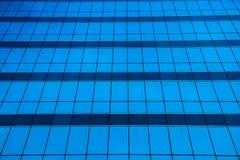 Glasfenster-Bürogebäudehintergrund Lizenzfreie Stockbilder