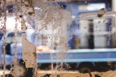 Glasfenster-Beschaffenheit mit selbsthaftendem Kreppband bleibt lizenzfreie stockfotografie