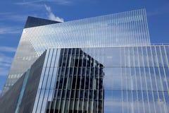 Glasfenster der modernen geometrischen Abstraktion eines Wolkenkratzers Stockbild