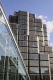 Glasfenster gegen blauen Himmel Stockbilder