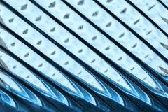Glasfenster mit Streifen in einer Farbe der blauen Farbe, Streifenformat-Zusammenfassungs-Glasbeschaffenheit als Hintergrund Lizenzfreie Stockbilder