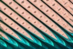 Glasfenster mit Streifen in einer Farbe der blauen und rosa Farbe, Streifenformat-Zusammenfassungs-Glasbeschaffenheit als Hinterg Stockfoto