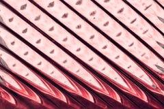 Glasfenster mit Streifen in einer Farbe der roten und rosa Farbe, Streifenformat-Zusammenfassungs-Glasbeschaffenheit als Hintergr Lizenzfreies Stockbild