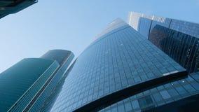 Glasfenster von Wolkenkratzern gegen den blauen Himmel lizenzfreies stockbild