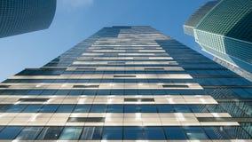 Glasfenster von Wolkenkratzern gegen den blauen Himmel stockfoto