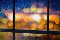 Glasfensterrahmen mit Regentropfen Stockfotografie
