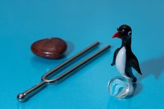 Glasfigürchen eines netten kleinen Pinguins mit einem roten Schnabel Stockbilder