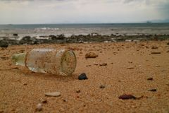 Glasflasche auf dem Strand Stockfotografie