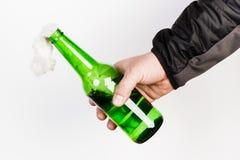 Glasflasche, der so genannte Molotowcocktail in der Hand von Lizenzfreie Stockfotos