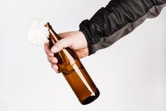 Glasflasche, der so genannte Molotowcocktail in der Hand von Stockfotografie