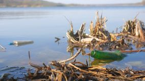 Glasflasche im Fluss, Umweltverschmutzung durch anorganischen Abfall stock footage