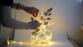 Glasflasche mit Blumen auf einem weißen Hintergrund, Girlande stock video