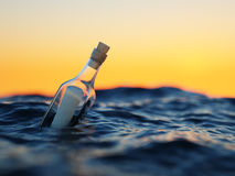 Glasflasche mit Buchstaben im Meer Stockbild