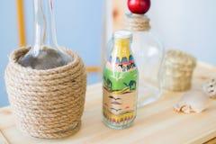 Glasflasche mit farbigem Sand Stockbild