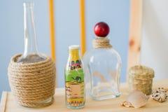 Glasflasche mit farbigem Sand Lizenzfreies Stockbild