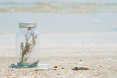 Glasflasche und Meer Stockbild